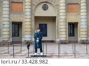 Купить «Королевский гвардеец на охране Королевского дворца. Стокгольм, Швеция», фото № 33428982, снято 9 марта 2019 г. (c) Виктор Карасев / Фотобанк Лори