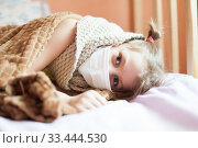 Child in medical mask under blanket in bed. Стоковое фото, фотограф Дарья Филимонова / Фотобанк Лори