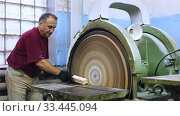 Carpenter handles wooden block on grinding machine. Стоковое видео, видеограф Яков Филимонов / Фотобанк Лори