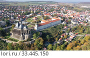 Aerial view of historical centre of small Czech town of Kutna Hora in autumn day overlooking St. Barbara Church and Jesuit College (2019 год). Стоковое видео, видеограф Яков Филимонов / Фотобанк Лори