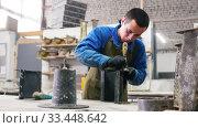 Concrete workshop - master skinning concrete pouring mold. Стоковое видео, видеограф Константин Шишкин / Фотобанк Лори