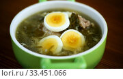 Fresh spring organic soup with green sorrel and egg in a plate. Стоковое видео, видеограф Peredniankina / Фотобанк Лори