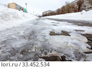 Купить «A pedestrian sidewalk with paving slabs poorly cleared of snow and ice in the city.», фото № 33452534, снято 4 февраля 2020 г. (c) Акиньшин Владимир / Фотобанк Лори