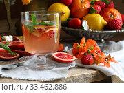 Купить «Натюрморт с коктейлем с красными апельсинами», фото № 33462886, снято 30 марта 2020 г. (c) Марина Володько / Фотобанк Лори