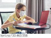 Девочка в домашней обстановке учится онлайн в период карантина. Стоковое фото, фотограф Иванов Алексей / Фотобанк Лори
