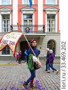 Купить «Tour guide in famous Old Town  (focus on face). Таллинн, Эстония», фото № 33469202, снято 21 сентября 2010 г. (c) Валерия Попова / Фотобанк Лори