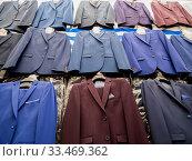 Мужские костюмы на витрине рыночной торговой точки. Стоковое фото, фотограф Вячеслав Палес / Фотобанк Лори