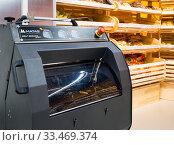 Купить «Машина для самостоятельной нарезки хлеба в хлебном отделе магазина», фото № 33469374, снято 17 августа 2019 г. (c) Вячеслав Палес / Фотобанк Лори