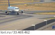 Купить «Lufthansa Airbus 320 taxiing», видеоролик № 33469462, снято 19 июля 2017 г. (c) Игорь Жоров / Фотобанк Лори