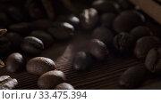 Ретро кофемолка с зернами кофе, палками корицы и бадьяном на деревянной поверхности. Стоковое видео, видеограф Артем Шутов / Фотобанк Лори