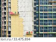 Купить «Тепловая изоляция современного жилого дома. Москва. Россия», фото № 33475894, снято 2 апреля 2020 г. (c) E. O. / Фотобанк Лори
