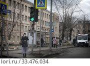 Купить «Балашиха, люди в городе в дни самоизоляции при Коронавирусе», эксклюзивное фото № 33476034, снято 2 апреля 2020 г. (c) Дмитрий Неумоин / Фотобанк Лори
