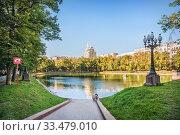 Патриарший пруд Patriarch's Pond in Moscow (2019 год). Стоковое фото, фотограф Baturina Yuliya / Фотобанк Лори