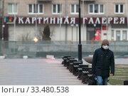 Купить «Балашиха одинокий прохожий в дни самоизоляции на улице при Коронавирусе COVID-19», эксклюзивное фото № 33480538, снято 3 апреля 2020 г. (c) Дмитрий Неумоин / Фотобанк Лори