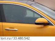 Купить «Таксист в маске в дни Коронавирусной инфекции COVID-19», эксклюзивное фото № 33480542, снято 3 апреля 2020 г. (c) Дмитрий Неумоин / Фотобанк Лори