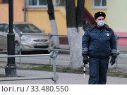 Купить «Сотрудник ДПС в маске в дни эпидемии Коронавируса», эксклюзивное фото № 33480550, снято 3 апреля 2020 г. (c) Дмитрий Неумоин / Фотобанк Лори