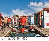 Купить «Bright colorful houses on Burano island along the canal. Venice, Italy», фото № 33484650, снято 17 апреля 2017 г. (c) Наталья Волкова / Фотобанк Лори