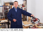 Woodworker posing in workshop. Стоковое фото, фотограф Яков Филимонов / Фотобанк Лори