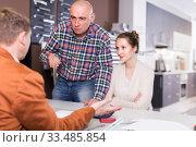 Купить «Angry family dissatisfied with the quality», фото № 33485854, снято 4 апреля 2017 г. (c) Яков Филимонов / Фотобанк Лори