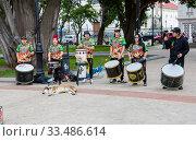 Купить «Пунта Аренас. Чили. Уличные музыканты на центральной площади города.», фото № 33486614, снято 21 февраля 2020 г. (c) Галина Савина / Фотобанк Лори