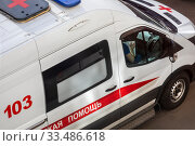 Купить «Вид сверху на автомобиль экстренной службы скорой помощи приехал на вызов к пациенту в спальном районе города Москвы, Россия», фото № 33486618, снято 5 апреля 2020 г. (c) Николай Винокуров / Фотобанк Лори