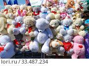 Купить «Торговля сувенирами и подарками с лотка», эксклюзивное фото № 33487234, снято 9 мая 2010 г. (c) lana1501 / Фотобанк Лори