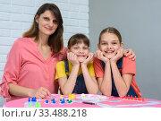Портрет счастливой семьи играющей за столом в настольные игры. Стоковое фото, фотограф Иванов Алексей / Фотобанк Лори