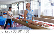 Man coaching woman in gym. Стоковое фото, фотограф Яков Филимонов / Фотобанк Лори