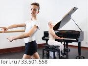 Купить «Female choreographer teaches young dancer in ballet studio», фото № 33501558, снято 26 апреля 2019 г. (c) Яков Филимонов / Фотобанк Лори