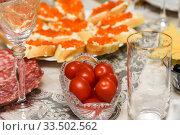 Помидоры и бутерброды с красной икрой на праздничном столе. Стоковое фото, фотограф Игорь Низов / Фотобанк Лори