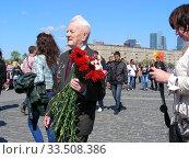 Купить «Ветеран Великой Отечественной войны во время праздника Победы 9 мая на Поклонной горе в Москве», эксклюзивное фото № 33508386, снято 9 мая 2011 г. (c) lana1501 / Фотобанк Лори