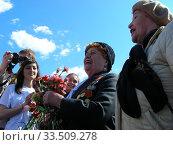 Купить «Поздравление ветеранов Великой Отечественной войны во время праздника Победы 9 мая на Поклонной горе в Москве», эксклюзивное фото № 33509278, снято 9 мая 2011 г. (c) lana1501 / Фотобанк Лори