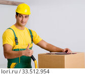 Man delivering boxes during house move. Стоковое фото, фотограф Elnur / Фотобанк Лори
