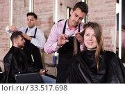Купить «Brunette getting haircutting in salon», фото № 33517698, снято 5 марта 2018 г. (c) Яков Филимонов / Фотобанк Лори