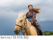 Купить «Mongol woman in traditional dress riding horse, portrait. Bashang Grassland, near Zhangjiakou, Hebei Province, Inner Mongolia, China. 2018.», фото № 33519302, снято 13 июля 2020 г. (c) Nature Picture Library / Фотобанк Лори