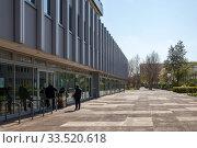 Emptiness at Helene-Weigel-Platz in Berlin-Marzahn (2019 год). Редакционное фото, агентство Caro Photoagency / Фотобанк Лори