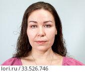 Портрет женщины с длинными вьющимися волосами с нейтральным выражением лица. Стоковое фото, фотограф Кекяляйнен Андрей / Фотобанк Лори