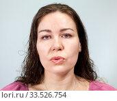 Женщина с губами вытянутыми в трубочку. Стоковое фото, фотограф Кекяляйнен Андрей / Фотобанк Лори