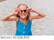 Купить «Tourist girl in popular area in Havana, Cuba.», фото № 33526810, снято 13 апреля 2017 г. (c) Дмитрий Травников / Фотобанк Лори