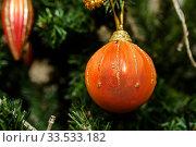 Новогодний шарик висит на ёлке крупным планом. Стоковое фото, фотограф Игорь Низов / Фотобанк Лори
