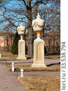 Купить «Мраморная ваза. Нижний парк. Петергоф», эксклюзивное фото № 33538794, снято 14 апреля 2018 г. (c) Александр Щепин / Фотобанк Лори