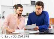 Men discuss the terms of a contract. Стоковое фото, фотограф Яков Филимонов / Фотобанк Лори