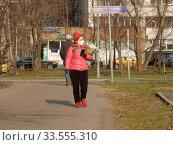 Купить «Пешеходы на улице в дни самоизоляции при коронавирусе Covid-19. Уссурийская улица. Район Гольяново. Город Москва», эксклюзивное фото № 33555310, снято 13 апреля 2020 г. (c) lana1501 / Фотобанк Лори