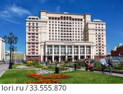 Купить «Manezhnaya square with a view of the Four Seasons hotel on a Sunny summer day. Moscow, Russia», фото № 33555870, снято 11 августа 2019 г. (c) Наталья Волкова / Фотобанк Лори