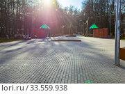 Купить «Центральный парк закрыт для посетителей из-за эпидемии коронавируса, г. Королев, Россия.», фото № 33559938, снято 15 апреля 2020 г. (c) chaoss / Фотобанк Лори