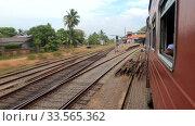 Прибытие пассажирского поезда на станцию Панадура. Шри-Ланка. Редакционное видео, видеограф Виктор Карасев / Фотобанк Лори