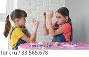 Две девочки играют в настольные игры и подрались дуг с другом. Стоковое видео, видеограф Иванов Алексей / Фотобанк Лори