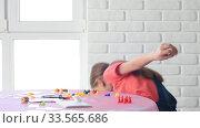 Девочка одна дома играет в настольные игры и уронила фишку на пол. Стоковое видео, видеограф Иванов Алексей / Фотобанк Лори