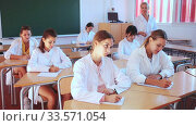 Female professor giving lesson for medical students in lecture hall. Стоковое видео, видеограф Яков Филимонов / Фотобанк Лори