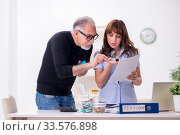 Financial advisor giving retirement advice to old man. Стоковое фото, фотограф Elnur / Фотобанк Лори